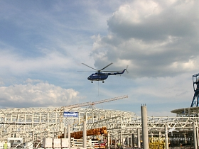 Vrtulník Mi-8 osazuje budoucí prosklené átrium v centru tohoto mega nákupního domu ...