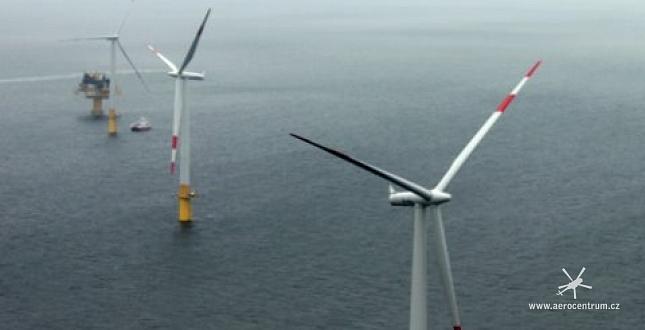 Výstavba větrných elektráren Baltic 1 a 2 vrtulníkem