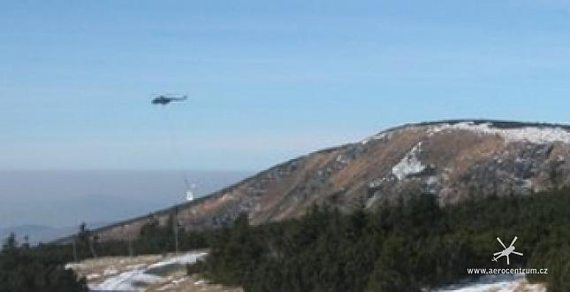 Transport kleče z přísně střežené zóny parku vrtulníkem