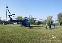 Vrtulník vyčkává na pokyn k zahájení transportu na ploše stadionu v Riegrových sadech.