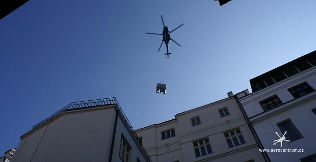 Spuštění chladicí jednotky do dvora domu v Panské ulici