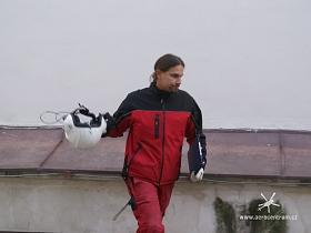 Hotovo. Koordinátor akce Tomáš Kozák spěchá ještě potvrdit předávací protokoly.