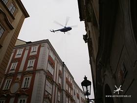 Vrtulník Mi-8T nad střechami Starého města.