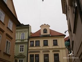 Vrtulník nad domem Husova 10