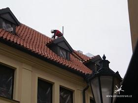 Otvor ve střeše, kterým byl zasunut na půdu vyvíječ par.