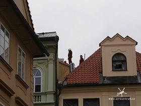 Na střech budoucího minipivovaru v Husově ul. 10, Praha 1 jsme usadili dvěma lety klimatizační jednotky a vyvíječ par, který byl otvorem ve střeše zasunut na půdu. Na snímku vazači připravení na přílet vrtulníku.