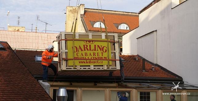 Transport velkoplošné TV vrtulníkem kabaretu Darling, Praha