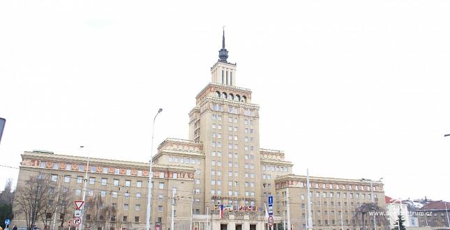 Usazení klima jednotky vrtulníkem na věž hotelu Crown Plaza