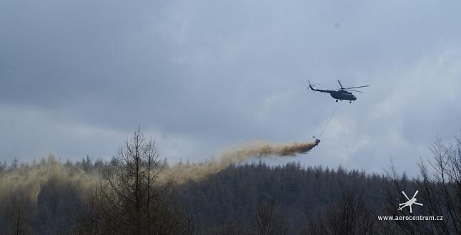 Vápnění lesů vrtulníkem v lokalitě Jezeří