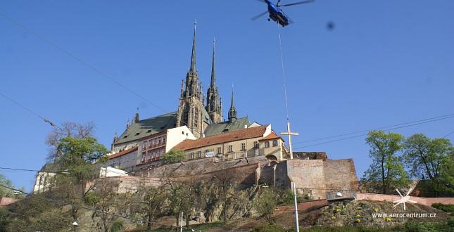 Vrtulník přenesl tunový papežský kříž do centra Brna
