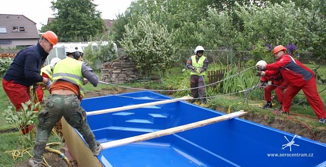 Přeprava a usazení bazénu ve Hřebči
