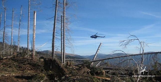 Přibližování dřeva vrtulníkem Mi-8 v oblasti Ďumbier