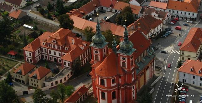 Filmování památek UNESCO z vrtulníku nad centrem Prahy