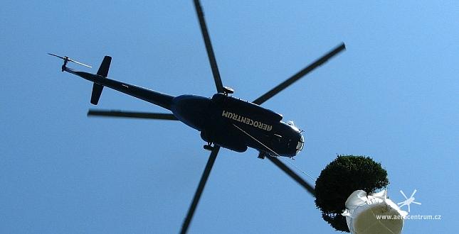 přeprava stromů vrtulníkem