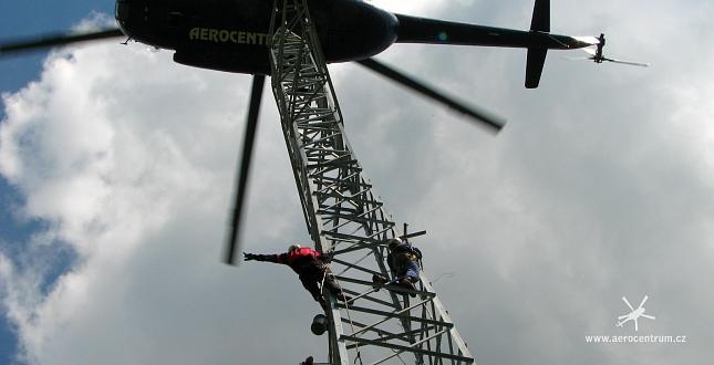 stavba sloupů vysokého napětí vrtulníkem